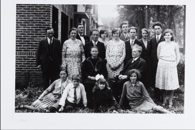057155 - Oisterwijk. Fam. Cornelissen/v.d.Wiel in de jaren dertig. Zittend het echtpaar  Albert Cornelissen, geb. 10/01/1872, overl. 30/04/1950 en Helena v.d. Wiel, geb. 05/04/1875, overl. 20/02/1959.