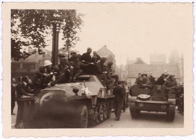 013339 - Tweede Wereldoorlog. Bevrijding. De eerste Britse gevechtsvoertuigen arriveren op het Willemsplein