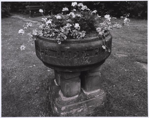 """022986 - Elisabethziekenhuis. Doopvont in de tuin van het St. Elisabethziekenhuis. Ontwerp van Eduard Cuypers, architect van het ziekenhuis met de toepasselijke tekst: water, vuur en aard hebben mij gebaard"""". de doopvont stand oorspronkelijk niet in de kapel, maar in een aparte ruimte op de 1ste etage.na de verhuizing in 1982 werd het geplaatst in de binnentuin van de kapel, thans stilteruimte. Renovatie was noodzakelijk, en nu maakt het vont deel uit van een monumentje voor doodgeboren kinderen."""