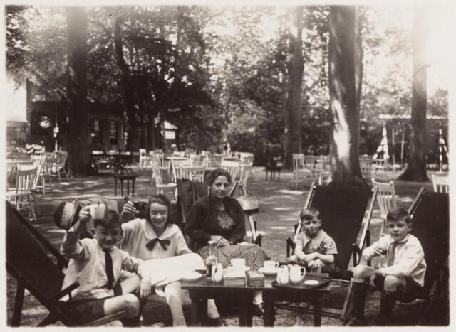 """057653 - Van Tienhovenlaan. Fam. Brands-van Vlijmen op het terras van """"Groot-Speyck"""". Van l.n.r. Ben, Cor, juf, Karel en Gerard."""