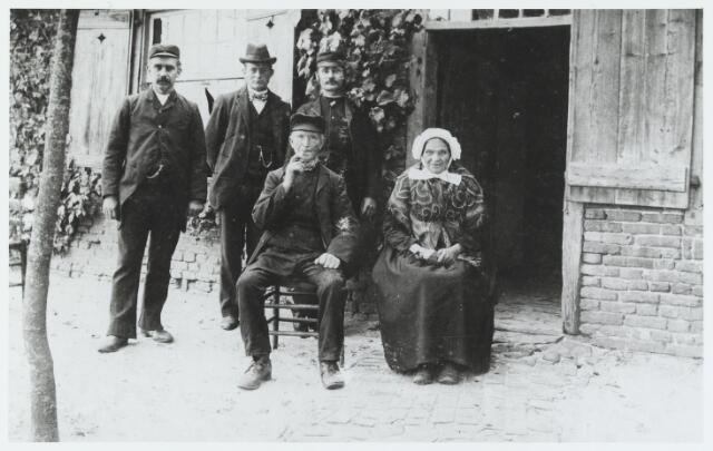 056173 - Zittend het echtpaar Ludovicus van Eijken en Joanna Wuts, landbouwers op Gorp. Staande v.l.n.r. Tinus Stockermans, Kees Wagtmans en Jan van Dal.