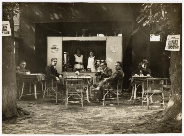 048935 - 'De folkloreschouw van 20 juli t/m 5 augustus 1929 te Tilburg gehouden en tentoongesteld in Zomerstraat no. 18-20-22. vlnr: L. Janssens?, F.H.M. Ouwerling, Anneke de Beer, Anneke Mols, Corneel Hortmans, Lambert G. de Wijs