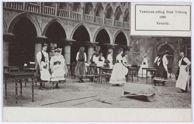 003295 - Tentoonstelling Stad Tilburg. In de nagebootste stad Venetië liepen Tilburgse dames rond in kleding die geïnspireerd was door Ialiaanse klederdrachten.