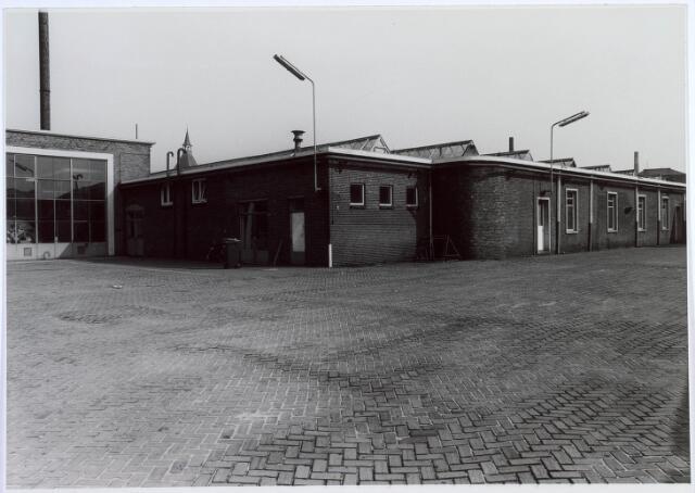 019444 - Textielindustrie. Binnenplaats van wollenstoffenfabriek H.F.C. Enneking aan de Goirkestraat. Links het ketelhuis en rechts de ´grote´ weverij