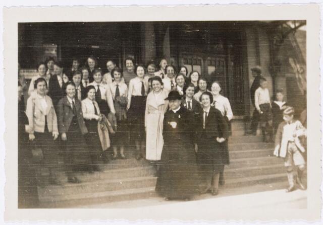 051637 - Middelbaar onderwijs. Leraren en leerlingen van het R.K. Theresialyceum op de trappen voor het station van 's-Hertogenbosch.