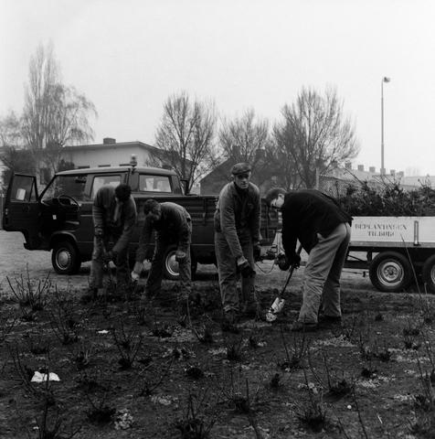1237_010_714_001 - Gemeente werkers in tuin.