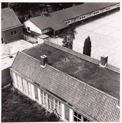 036751 - Panorama van Tilburg vanaf het verpleegtehuis St. Jozefzorg aan de Wethouderslaan. Op de voorgrond een restant van de jongensschool van Fatima die in 1949 werd geopend en in gebruik genomen.