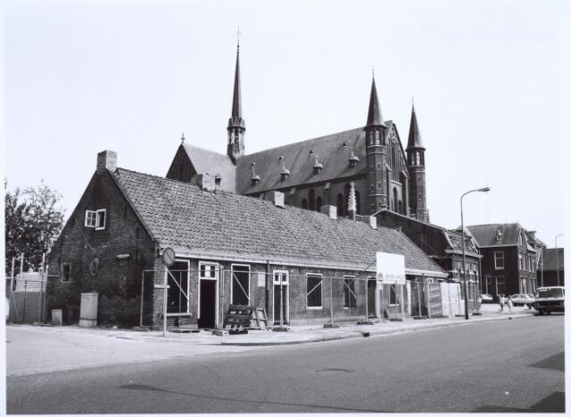 020450 - Restauratie van de wevershuisjes op de hoek Hasseltstraat - Van Hogendorpstraat (links) in 1986. Daarnaast de kerk van Onze Lieve Vrouw van de H. Rozenkrans