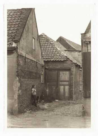 028069 - Stadsvernieuwing. Woning voor afbraak bestemd aan de Veldstraat 32, thans Pastoor van Beurdenstraat
