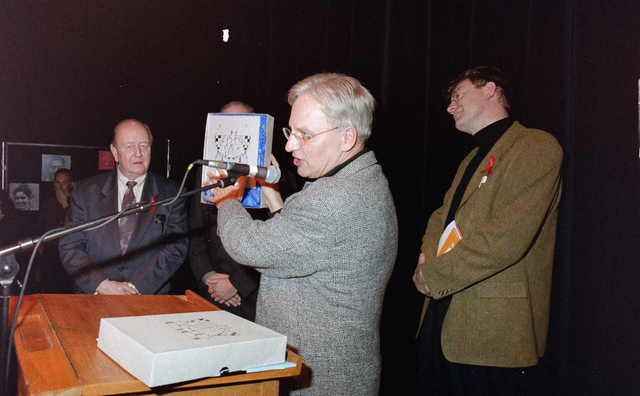 1237_001_037_021 - Vrijwilligerswerk. Een feestelijke bijeenkomst van Stichting Contour in Theater De Vorst (tegenwoordig theater de Nieuwe Vorst) in december 1997. Een presentatie, waarschijnlijk in het kader van de stimuleringsprijzen.