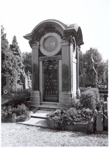 016030 - Graf van de fabrikantenfamilie Mutsaerts op het kerkhof aan de Bredaseweg
