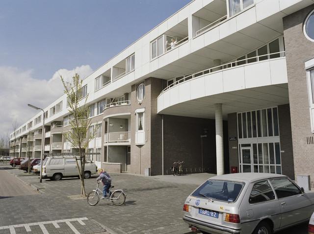 """TLB023000144_001 - Appartementencomplex.  Foto genomen in kader """"SPB / BouwRai"""" ter promotie van het """"Samenwerkingsverband Praktijkopleiding Bouw"""" en de tweejaarlijkse bouwmaterialenbeurs in de Amsterdamse RAI."""