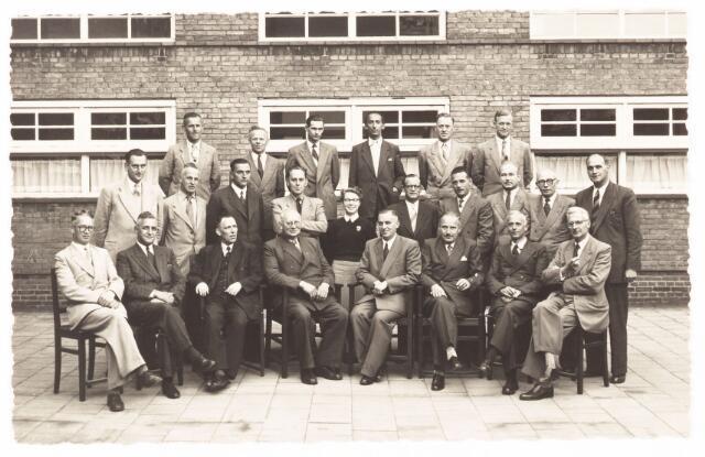 052251 - Onderwijs. Textielschool. Groepsfoto van leraren en lrrlingen van de Hogere Textielschool in 1953.