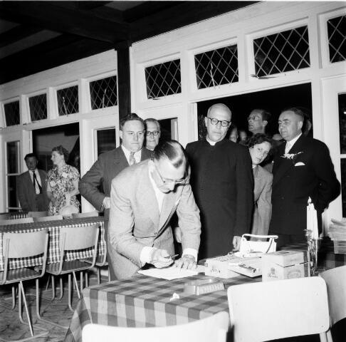 050246 - 25-jarig bestaan van Bosch en Duin, officiele opening nieuwe zaal. Burgemeester M. Verhoeven en pastoor Pruisen.