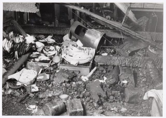 038952 - Volt. Zuid. Chemische Afdeling. Chemisch Laboratorium. In de nacht van woensdag 4 op donderdag 5 maart 1959 brak brand uit in een van de laboratorium tafels waaronder zich in een kastje kleine hoeveelheden wasbenzine en petroleum bevonden. De rookontwikkeling was enorm zodat de bedrijfsbrandweer zuurstofmaskers en de gemeentebrandweer persluchtmaskers moesten gebruiken. Binnen het uur was de brand geblust. Uit voorzorg had men in de juist daaronder gelegen Sip ruimte van de gereedschapmakerij dekzijlen over de kostbare machines gehangen zodat deze geen schade opliepen. De brand werd ontdekt door 2 ploegenwerkers uit de afd. Metaalwaren om 2 uur ´s nachts.