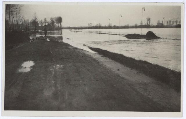 023988 - De Leij is buiten haar oevers getreden en zet een deel van Koningshoeven onder water. Foto 1930. Dit is de schaatsbaan aan de IJsclubweg bij Moerenburg.