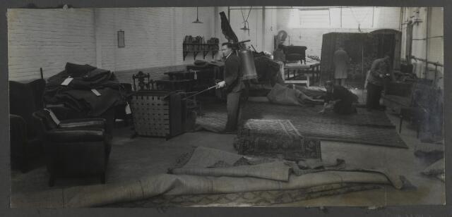 071912 - Motvrij maken van meubels en tapijten bij stoomververij en chemische wasserij de Regenboog aan de Bredaseweg.