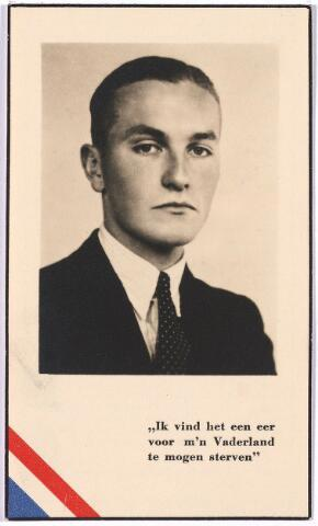 """005222 - Bidprentje. Tweede Wereldoorlog. Oorlogsslachtoffer. Joseph Marie van de Mortel geboren Tilburg 5 april 1919, overleden Vught 10 augustus 1944.  Verrichtte vele soorten van illegaal werk o.m. distributie van het illegale blad """"Trouw"""" in het zuiden van ons land.  Op 13 april 1944 in Tilburg gearresteerd en overgebracht naar Haaren, waar hij op 5 augustus in het """"Trouwproces"""" ter dood werd veroordeeld door het Standgericht in 's-Hertogenbosch. Op 10 augustus werd hij gefusilleerd in Vught"""