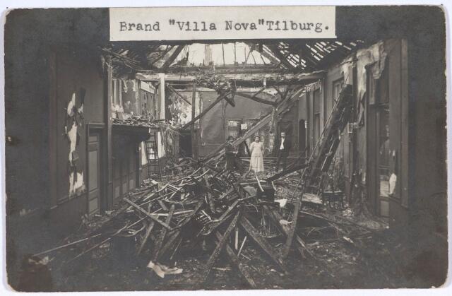 """020972 - Op 6 februari 1912 brandde koffiehuis Villa Nova op de Heuvel 2 tot de grond toe af. In 1884 huurde Louis van den Brekel het toenmalige café van Theo Knegtel. Het was gelegen achter een voortuin tussen (hoef-)smid Kruijssen enerzijds en het snoepwinkeltje van """"vrouwke Van Ginneken"""" en herenkapper Jan Stiphout. Villa Nova had aan de voorzijde een veranda, evenalsaan de zijkant"""