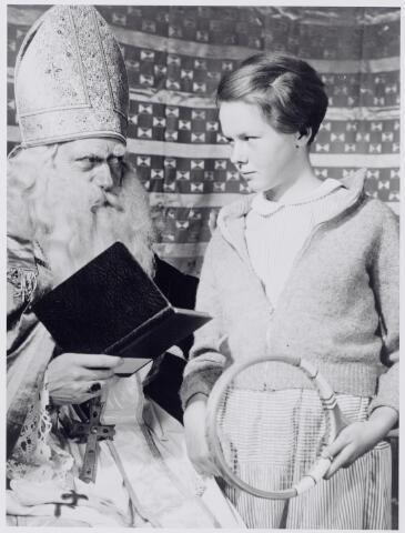 044302 - Onderonsje tussen St. Nicolaas en een meisje. Sinterklaas.