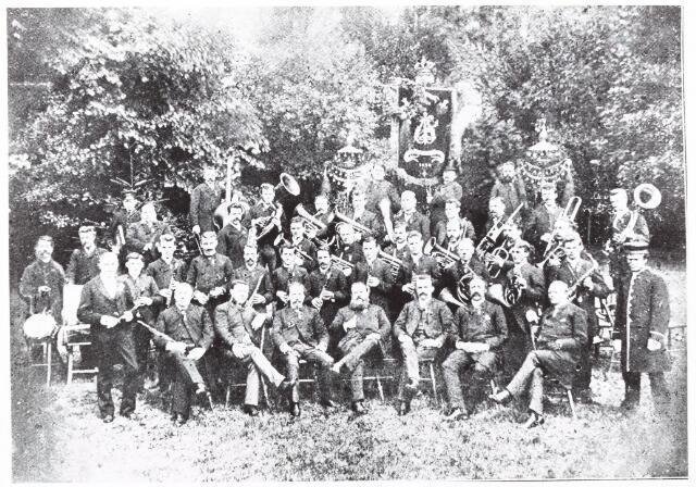 052633 - Muziekleven. Bestuur en werkende leden van de Nieuwe Koninklijke Harmonie (1887) concours te Nijmegen.