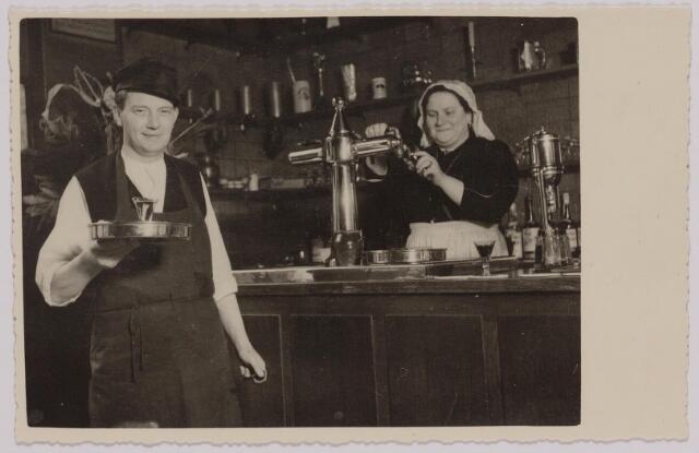 040488 - Café van Erdewijk aan de Markt tijdens Brabantsedag 1951.