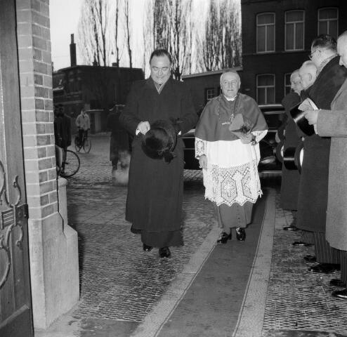 050562 - Installatie: pastoor van het Heike. Bekkers, Wilhelmus Marinus (1908-1966) Wilhelmus Marinus Bekkers - wiens roepnaam Willem, Rinus of Rinie was - werd op 20 april 1908 te Sint-Oedenrode geboren als zoon van de landbouwer Willem Bekkers en Barbara Krol. Op 9 mei 1966 overleed hij op 58-jarige leeftijd aan de gevolgen van een hersentumor. Zijn uitvaart in de Sint-Janskathedraal te 's-Hertogenbosch en de begrafenis op het kerkhof van de Sint-Martinusparochie in zijn geboortedorp groeiden uit tot een nationale gebeurtenis.