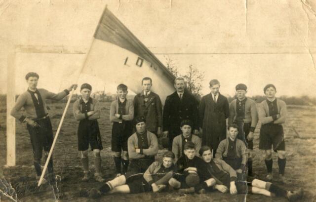 602452 - Voetbalclub L.O.N.G.A., Tilburg. T.S.V.L.O.N.G.A. staat voor Tilburgsche Sport Vereniging Lichaams Ontwikkeling Na Geestes Arbeid.Tegenwoordig staat de afkorting voor Lichaams Ontwikkeling Na Gedane Arbeid. Deze amateur voetbalclub werd opgericht in 1920 door Harry van Loon, procuratiehouder Tilburgse Hanze Bank. De club speelde in eerste instantie tegen andere banken in Tilburg en omgeving en daarna in de Nederlandse Voetbal Bond (NVB).