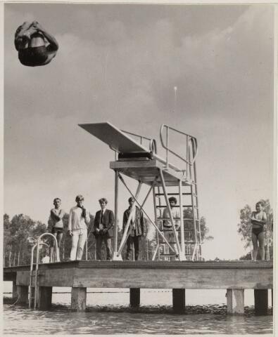 100939 - Zwembad. Sport- en natuurbad Surae. Badmeester maakt een anderhalve salto van de nieuwe springtoren / duikplank.