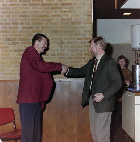 1237_001_016_006 - Felicitaties tijdens een feestelijke receptie bij de Diensten Centrale aan de Havendijk in februari 1996.