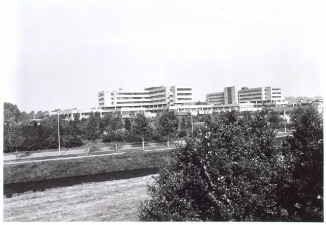 022057 - Elisabethziekenhuis. St.-Elisabethziekenhuis gezien vanaf het viaduct over de Hilvarenbeeksweg