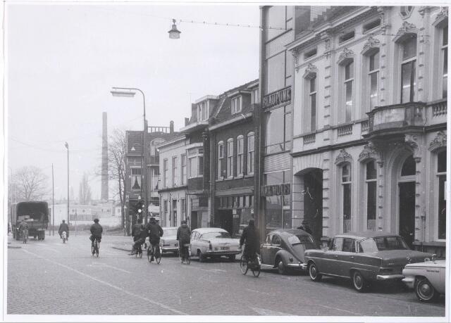 031511 - Spoorlaan 2, 4, 6 en 8. Het huis op de hoek was een café en genummerd op de Heuvel. Het huis volledig rechts was het huis van de familie Blomjous.