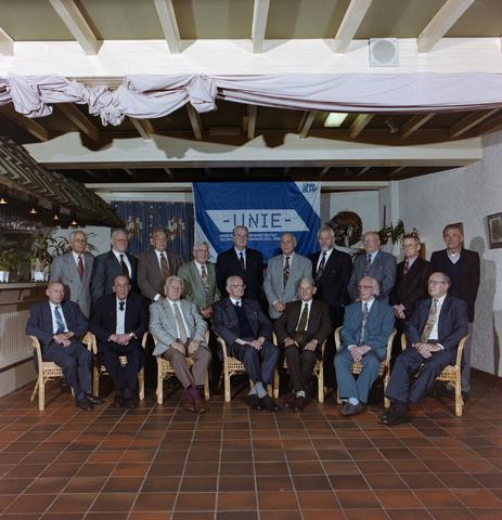 """1237_001_060_003 - Unie BLHP, Unie van Beambten, Leidinggevend en Hoger Personeel. Groepsfoto tijdens de viering van """"50 jaar en langer"""" in oktober 1995. De groep staat voor een spandoek van de vakbond voor administratief, technisch en commercieel personeel."""