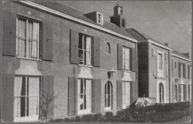 011137 - Vooraanzicht met hoofdingang van bejaardenpension St. Jozefzorg aan de Ringbaan-Zuid. Bij de ingebruikneming van het complex in 1951 kon het gebouw 52 echtparen huisvesten op de begane grond en 52 echtparen op de eerste verdieping. Daarnaast was er plaats voor 67 alleenstaanden. Volgens een prospectus uit die tijd voldeed het huis 'aan de hoogste eisen van comfort en hygiëne'. Vooral de individuele huisvesting was een hele verbetering in vergelijking met de 'gestichten voor ouden van dagen'. Van heinde en verre kwam men dan ook kijken naar deze moderne huisvesting voor bejaarden. In 1956 zond de K.R.O. zelfs een programma uit over dit pension. Toch waren de kamers voor echtparen, 4.20 x 5 meter, aan de kleine kant. Het ontbrak op de kamers ook aan een toilet- en wasgelegenheid. Er waren gemeenschappelijke toiletten aan de lange gangen. De echtparen beschikten wel over een eigen keukentje. De alleenstaanden beschikten slechts over een slaapkamertje op de verdieping van 3 x 2 meter.De regenten-mentaliteit uit de beginjaren blijkt uit het 'huishoudelijk reglement' uitgaande van de Stichting St. Jozefzorg: 1e de bewoners mogen zich in of buiten het tehuis niet misdragen 2e zij moeten de gegeven voorschriften nakomen 3e ze mogen de naam van de stichting niet in opspraak brengen.
