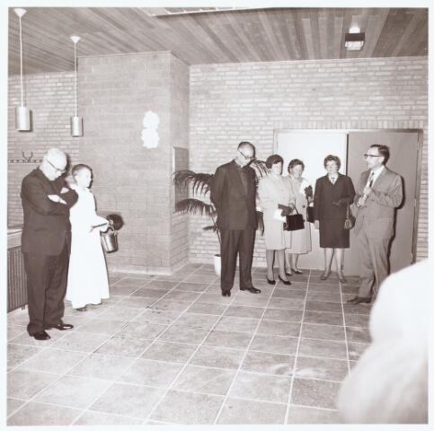 063244 - Op 2 september 1967 werd het cultureel centrum de Schalm aan de Eikenbosch 1 geopend. De heer Cunnen, voorzitter van de Stichting Gemeenschapshuis,  heet pastoor Van de Ven welkom