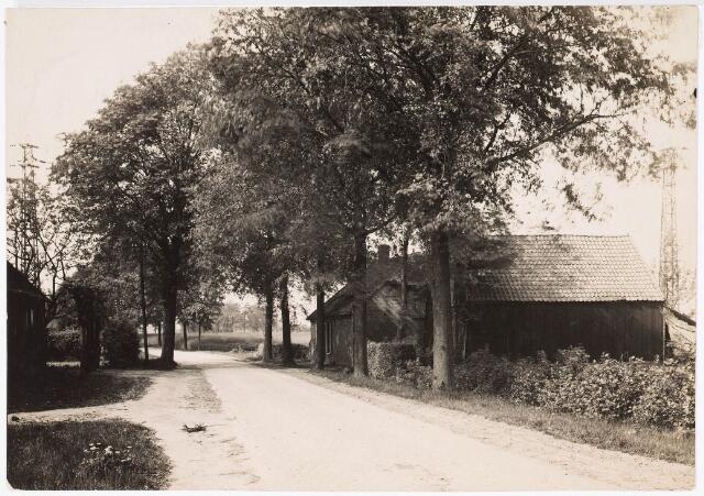 032741 - Boerderij aan de Nieuwe Goirleseweg thans Winkler Prinsstraat kruising Ringbaan-Zuid. Bewoners Jan Schoofs - Robben, Jan Lemmers- Schoofs. In 1956 aangekocht door Cornelis van Roessel.