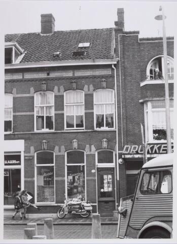 018222 - Emmastraat, winkel in souvenirs en muziek anno 1965