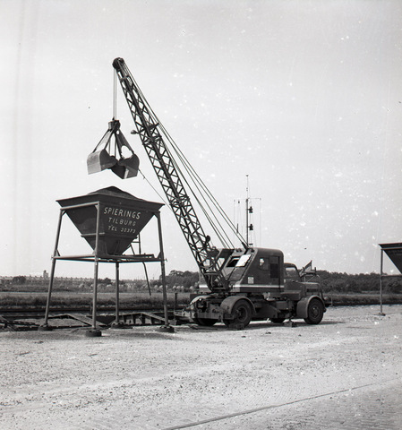 654418 - Industrie. Kraanwagen aan het Wilhelminakanaal