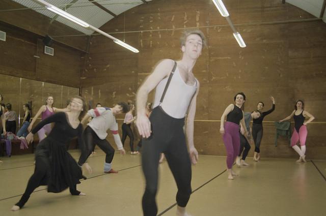 """TLB023000025_002 - Kunstonderwijs. Dansopleiding.  Afdeling Ballet van de Tilburgse Dans- en Muziekschool, het latere Factorium Tilburg. Deze opleiding was van 1971 tot en met 2004 gevestigd in de bijgebouwen (zgn. nissenhutten) van het Cenakel, het voormalig Retraitehuis """"Onze Lieve Vrouw van het Cenakel"""". In 1971 verhuisde het Brabants Conservatorium en de  Muziekschool naar het Cenakel.  Foto genomen in kader """"Kunstonderwijs"""""""