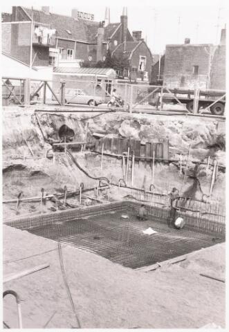 032470 - de bouw van de voetgangerstunnel onder de Paleisring in verband met de nieuwbouw van het gemeentehuis aan het Stadhuisplein