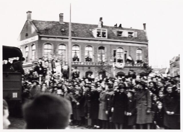 012613 - WO2 ; WOII ; Tweede Wereldoorlog, Bevrijding. De Prinses Irenebrigade wordt met enthousiasme ontvangen op het Willemsplein, waar men op 4 november 1944 defileerde voor prins Bernhard en het gemeentebestuur