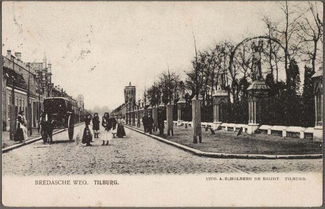 010331 - Bredaseweg met het kerkhof, dat al bestaat vanaf 1811. In 1813 werd er de eerste Tilburger begraven, Bartel Mommers. Halverwege de jaren tachtig van de negentiende eeuw werd het plan bedacht om een beeldengalerij  om het kerkhof te plaatsen. In 1887 werd definitief gestart met de uitvoering van het plan door de firma's Van der Schooit en Petit. Op de achtergrond de watertoren, links een koets.