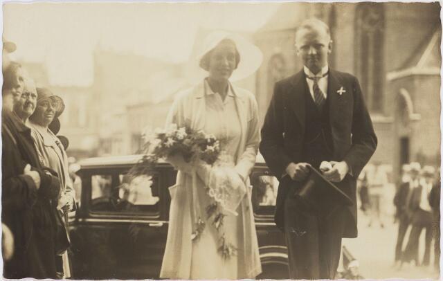 004599 - Frans HOUBEN en Ali SCHUT betreden het Tilburgse Stadhuis. Op de achtergrond de Heikese Kerk. Frans Houben, geb. 1894, was een zoon uit het eerste huwelijk van Jan M.C. Houben (1968-1936) met Constance W.H.M. Janssens (1867-1894).