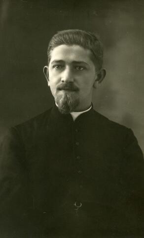 071517 - Alphonsus van Beurden, geboren te Tilburg op 6 juli 1893, zoon van Hendrikus van Beurden en Gerardina van Iersel, was draadmaker van beroep. In november 1912 vertrok hij naar Vught om in te treden bij de missionarissen van Scheut (Sparrendaal).