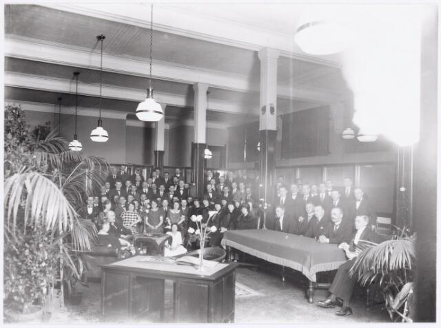 039297 - Volt. Zuid. Directie, Management. Afscheid van de heer C.J.M.H.Kuijlaars, commercieel directeur bij de Volt, in 1925. Hij zit vooraan links achter zijn echtgenote.   Locatie, het oude hoofdkantoor aan de huidige Voltstraat 32.In die tijd Nieuwe Goirleseweg.