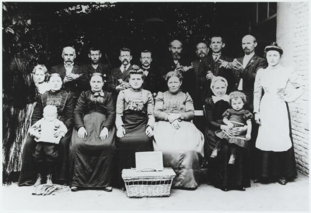 056244 - Goirlese duivenmelkers in 1907. Staande geheel rechts Anna Brock-Spapens geboren te Goirle op 4 juni 1889 (café Hof van Holland) Vierde van rechts haar vader Piet Spapens geboren te Goirle op 18 november 1856 . Staande de derde man van links Drikske Vugts.