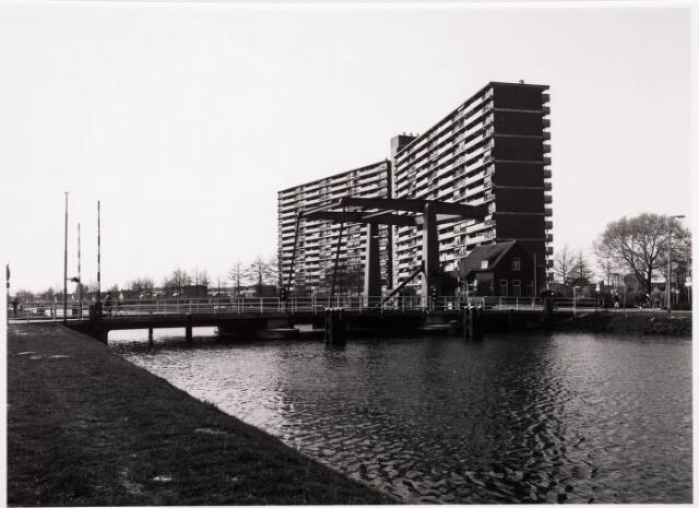 034801 - Draaibrug over het Wilhelminakanaal bij de Oude Lind (links). Rechts van de brug de brugwachterswoning en daarachter de flat aan de Hoffmanlaan