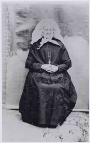 046053 - Elisabeth (Betje) Mulders, werd geboren te Moergestel als dochter van landbouwer Antonie Mulders en Adriana van den Meijdenberg. Zij bleef ongehuwd en woonde te Goirle op de Leeuwenhoeve bij haar zwager Josephus van Roessel. Zij overleed te Goirle op 3 mei 1913.