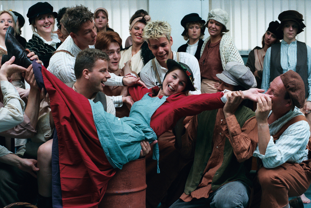 1237_010_759_013 - Onderwijs. Hoger beroepsonderwijs. Cultuur. De cast van een musical achter de schermen op de Tilburgse Dans en MuziekSchool in 1997.