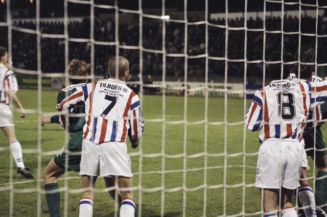 TLB023000646_002 - Voetballers Willem II tijdens een wedstrijd.